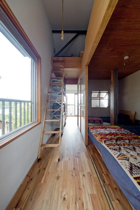 戸建リノベーション、スクールバス空間設計、ベッドルーム、おこもり感、室内窓