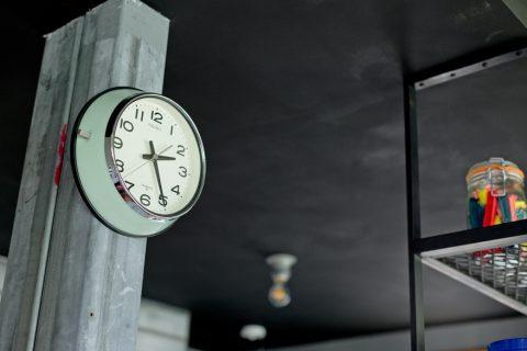 戸建リノベーション、スクールバス空間設計、鉄骨柱、レトロ時計、アイアン棚