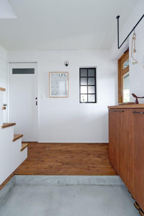 戸建リノベーション、スクールバス空間設計、室内窓、シンプル玄関、アイアンコート掛け