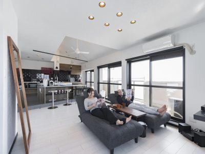 「フリーキスワークス(FRCHIS,WORKS)」のマンションリノベーション事例「勾配天井をマンションリノベで実現。最上階のメリットを活かした住まい。」
