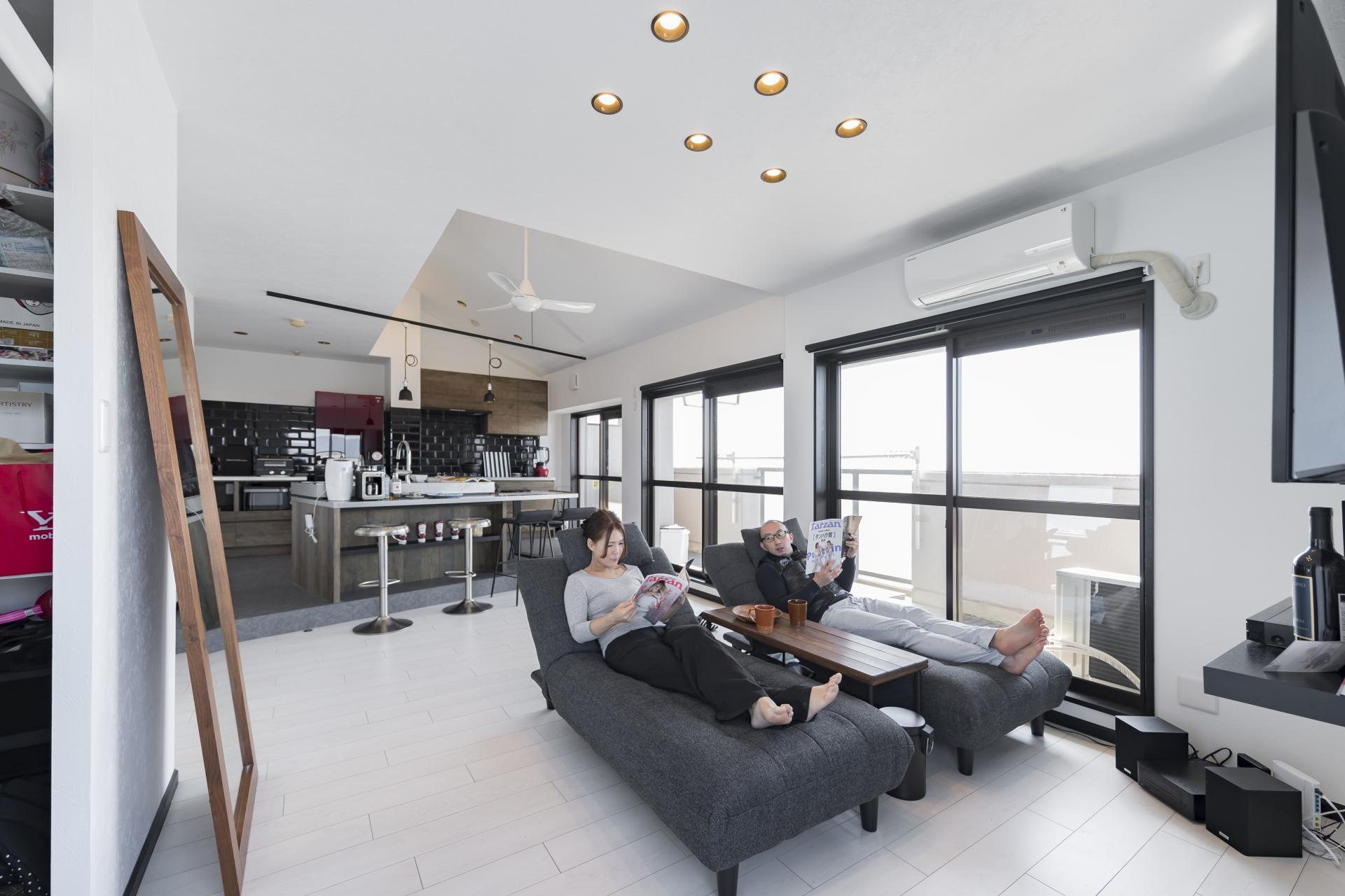 「フリーキスワークス(FRCHIS,WORKS)」のリノベーション事例「勾配天井をマンションリノベで実現。最上階のメリットを活かした住まい。」