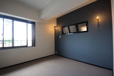 マンションリノベーション、アズ建設、ネイビー壁、室内窓、カーペット床
