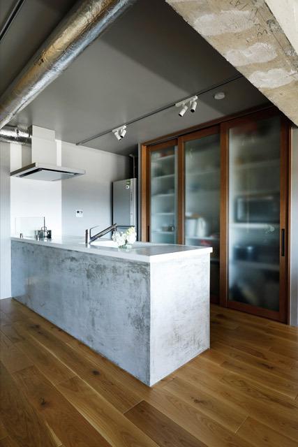 マンションリノベーション、インテリックス空間設計、モルタルキッチン、キッチン収納、コンクリート梁