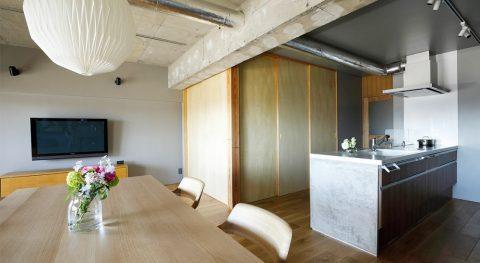 マンションリノベーション、インテリックス空間設計、リビング個室、壁付けテレビ、コンクリート天井