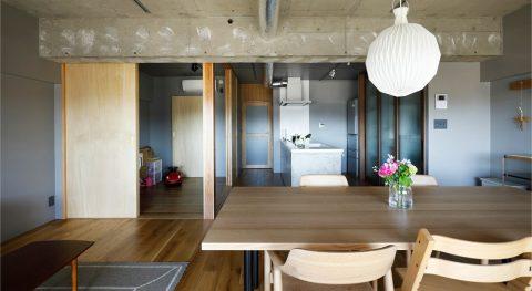 マンションリノベーション、インテリックス空間設計、コンクリート現し、丸い照明、モルタルキッチン、グレー壁