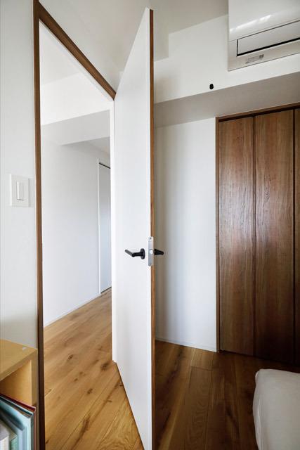 マンションリノベーション、インテリックス空間設計、表裏色変え、ホワイト寝室、2色ドア