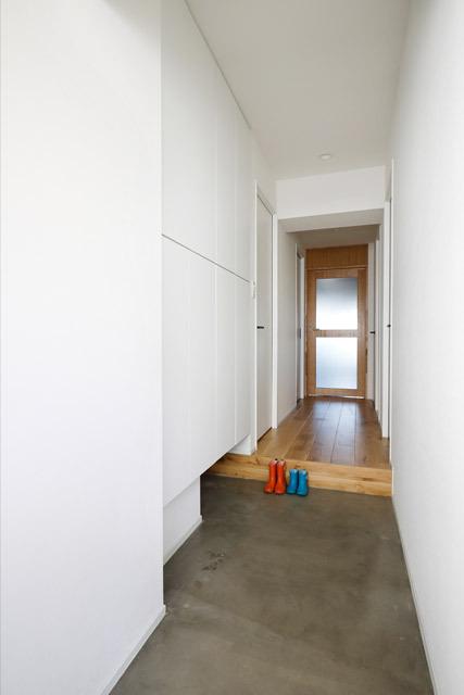 マンションリノベーション、インテリックス空間設計、玄関土間、玄関収納、玄関白壁