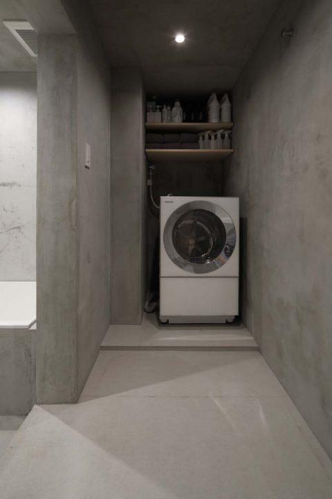 マンションリノベーション、東京リノベ、モルタル脱衣室、モルタル洗濯室、洗濯機収納