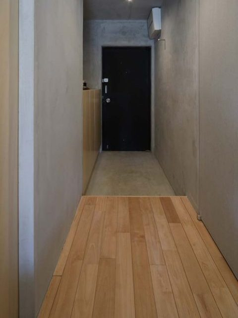 マンションリノベーション、東京リノベ、サクラ無垢材、モルタル壁、モルタル玄関