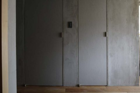 マンションリノベーション、東京リノベ、モルタル壁、グレー扉、ギャラリー壁