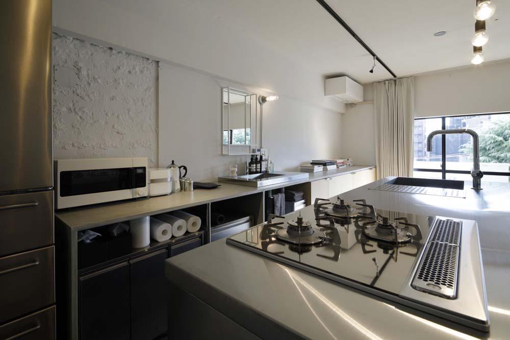 マンションリノベーション、東京リノベ、ステンレスキッチン、ステンレスガスコンロ、ラフな壁
