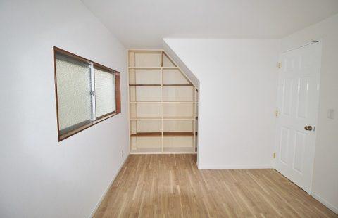 戸建リノベーション、リノベーション東京、造作本棚、壁一面棚、斜め壁