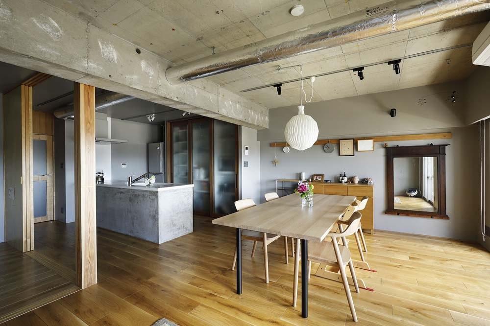 マンションリノベーション、インテリックス空間設計、コンクリート天井、鏡効果、モルタルキッチン