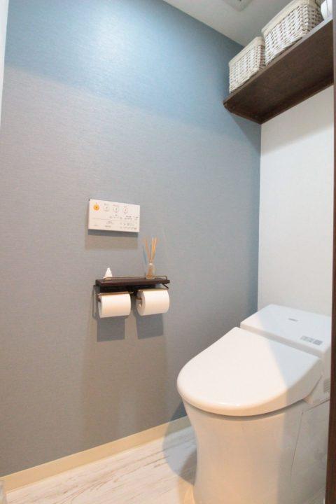 マンションリノベーション、湘南リフォーム、ブルーグレー、タンクレス、トイレ収納