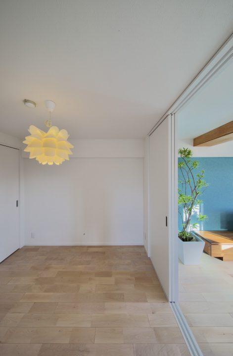 マンションリノベーション、フリーキスワークス、北欧ライト、引き戸間仕切り、ブルー壁