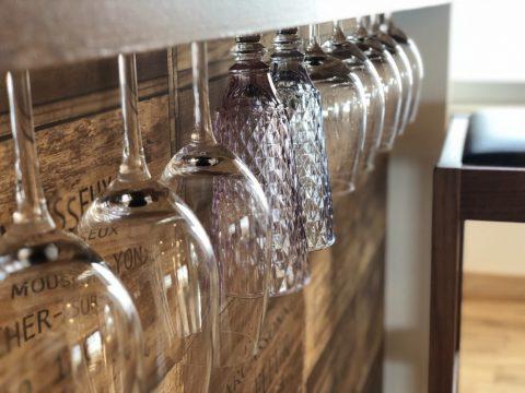マンションリノベーション、湘南リフォーム、ワイングラスホルダー、ワイン木箱、吊り下げ収納
