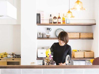 「リノデュース」のリノベーション事例「タイル張りのアイランドキッチンを配した、シンプルシックなマンションリノベーション」