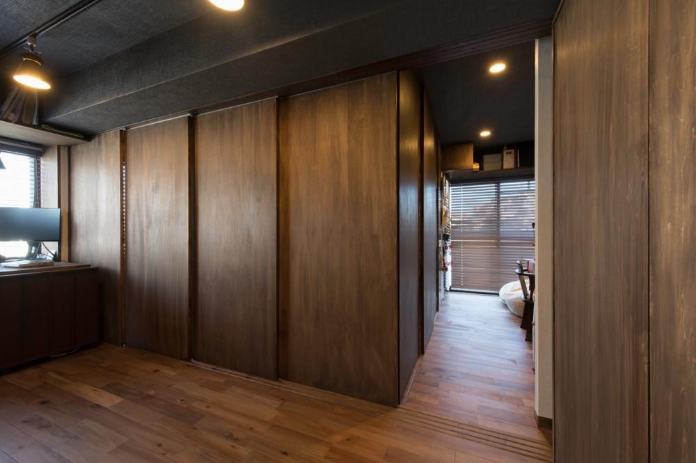マンションリノベーション、H2DO一級建築士事務所、引き戸間仕切り、ウォールナット色、フレキシブルな家