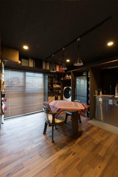 マンションリノベーション、H2DO一級建築士事務所、ウォールナット色、ステンレスキッチン、ダクトレール、壁面収納