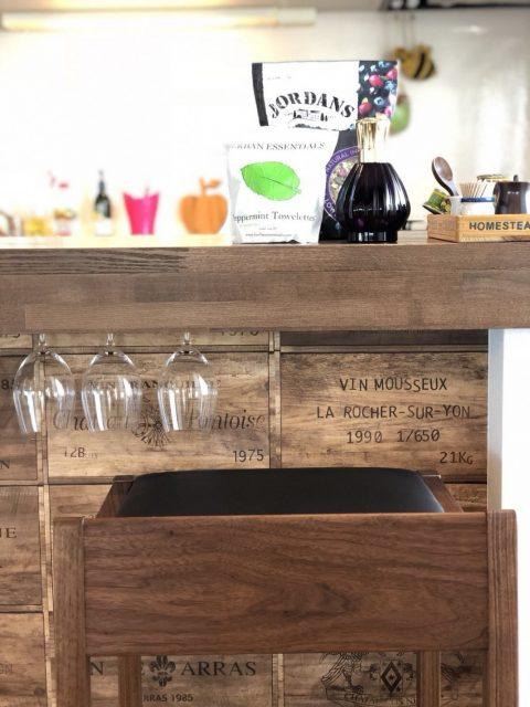 マンションリノベーション、湘南リフォーム、ワイングラスホルダー、ワイン木箱、キッチンカウンター