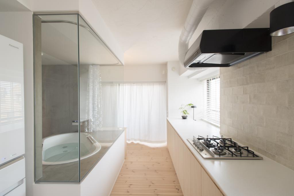 マンションリノベーション、ゼロリノベ、ガラス張り浴室、オープン浴室、リビング浴室