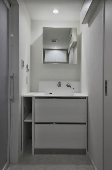 マンションリノベーション、フリーキスワークス、四角い洗面、白い洗面室、洗面収納