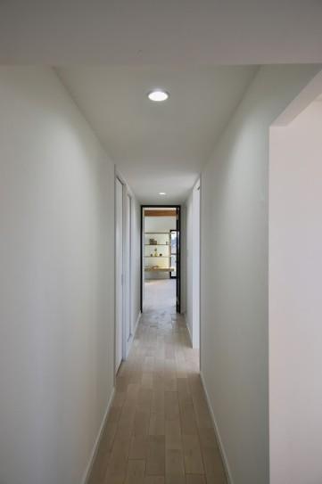 マンションリノベーション、フリーキスワークス、ライトグレー壁、廊下引き戸、廊下ダウンライト