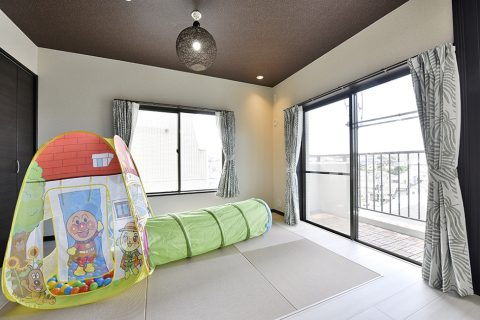マンションリノベーション、リノステージ、ダークカラー天井、和の照明、子ども部屋