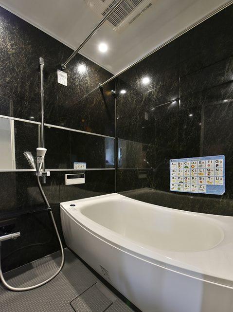マンションリノベーション、リノステージ、モノトーン浴室、子どもと楽しむ風呂、横長ミラー