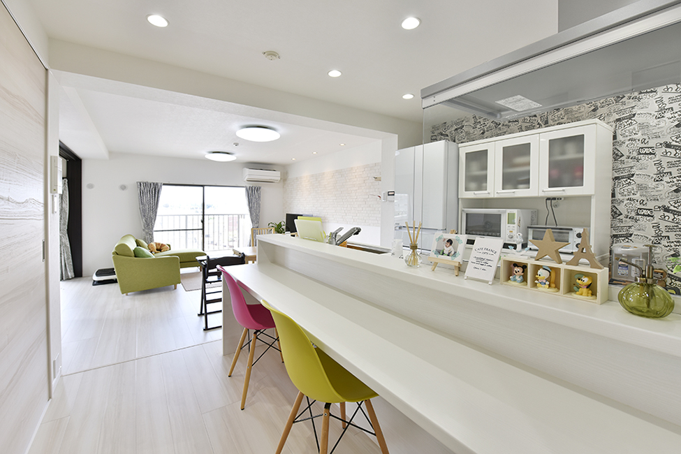 マンションリノベーション、リノステージ、白でまとめる、カウンター付きキッチン、カラフルリノベーション