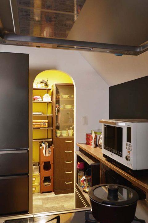 マンションリノベーション、2戸をつなげる、スタイル工房、子育てしやすい家、RC構造、アンティーク調、対面キッチン、オープンキッチン、パントリー、キッチン収納、アール開口、アクセントカラー