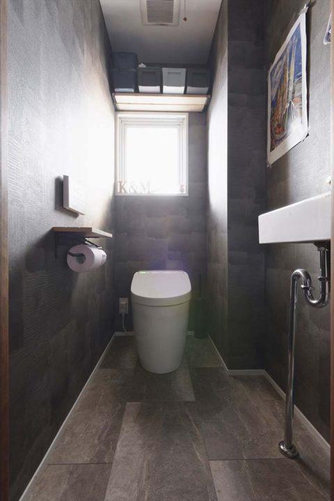 マンションリノベーション、2戸をつなげる、スタイル工房、子育てしやすい家、RC構造、アンティーク調、トイレ、アクセントウォール、シックなデザイン、手洗いボウル