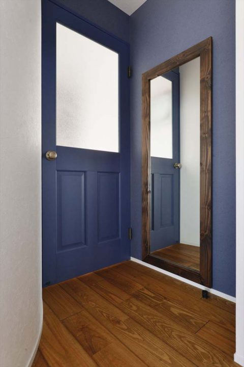 マンションリノベーション、2戸をつなげる、スタイル工房、子育てしやすい家、RC構造、アンティーク調、木のぬくもり、室内ドア、青いドア、アクセントウォール、玄関ホール