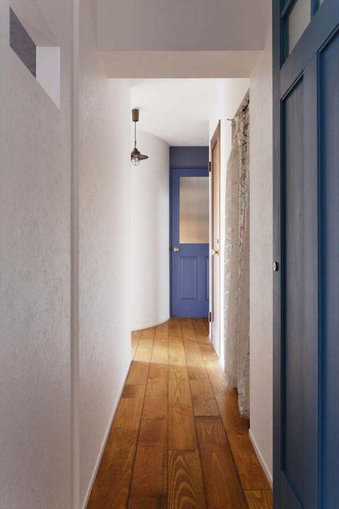 マンションリノベーション、2戸をつなげる、スタイル工房、子育てしやすい家、RC構造、アンティーク調、梁、廊下、青いドア
