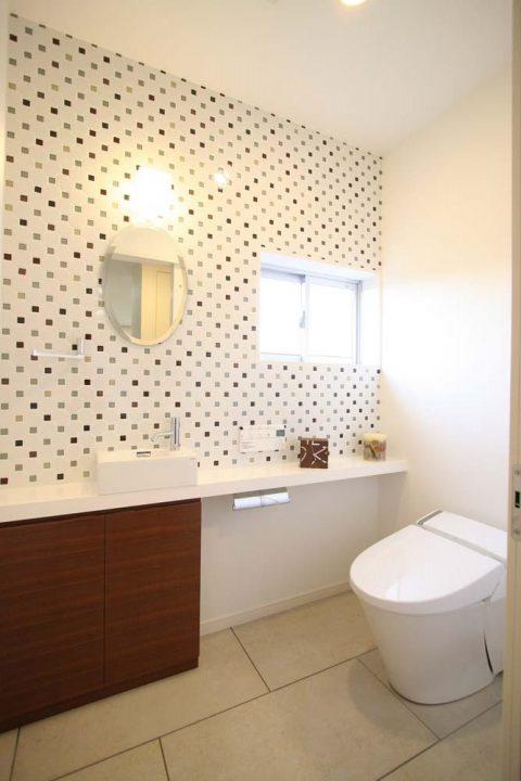 住工房、戸建リノベーション、トイレ、タイル、デザインタイル、手洗い器、アクセントウォール