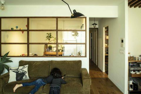 マンションリノベーション、ハコリノベ(SUN REFORM)、室内窓、トラックソファ、セルジュ照明