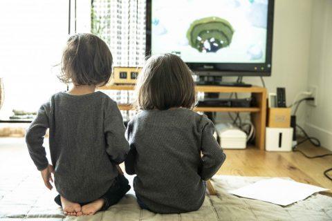 マンションリノベーション、ハコリノベ(SUN REFORM)、日当たりのよいリビング、子どもが遊ぶリビング、シンプルテレビ台