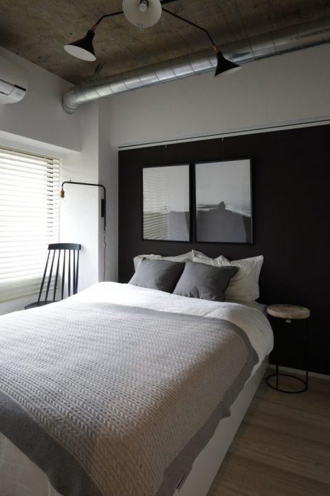 インテリックス、マンションリノベーション、寝室、ベッドルーム、配管現し、アクセントウォール、モノトーンインテリア