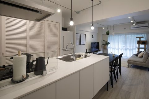 インテリックス、マンションリノベーション、パナソニック、システムキッチン、対面キッチン、ルーバー扉、パントリー、キッチン収納