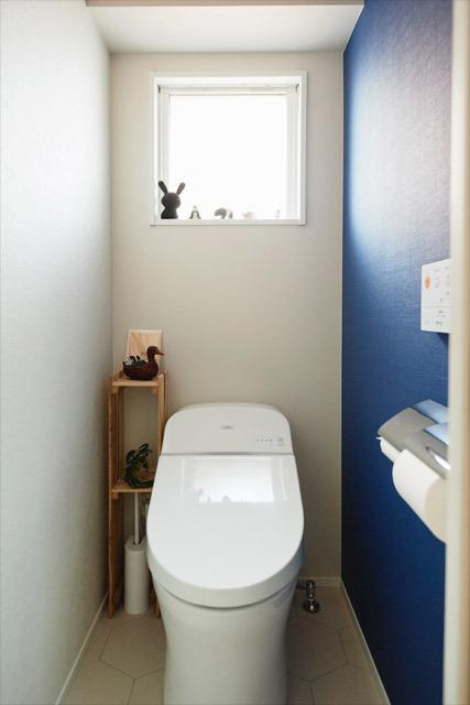 マンションリノベーション、インテリックス空間設計 、アクセントウォール、青い壁、トイレ窓