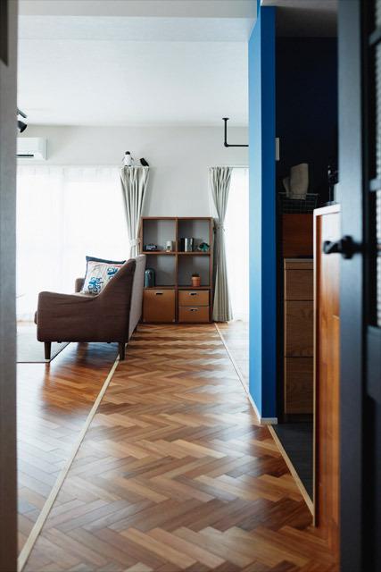 マンションリノベーション、インテリックス空間設計 、ヘリンボーン、レトロインテリア、青い壁