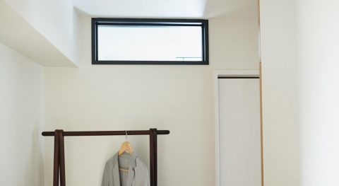 マンションリノベーション、インテリックス空間設計 、ハイサイド窓、シンプル寝室、ハンガーラック
