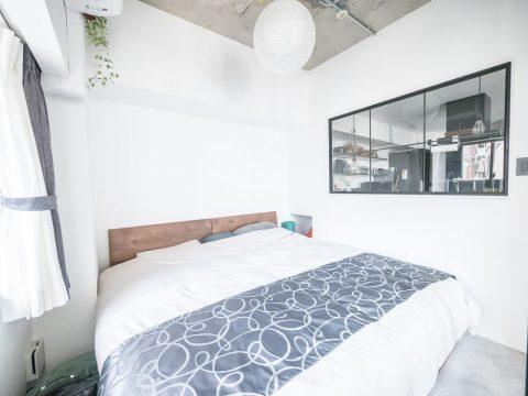 マンションリノベーション、CLOCK、モノトーン寝室、シングルベッド2台、室内窓