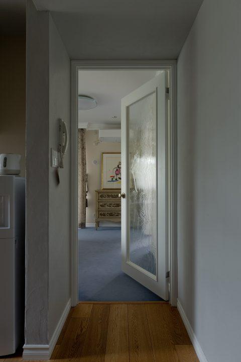 マンションリノベーション、GLADDEN、室内ドア、グレー壁、モールディング