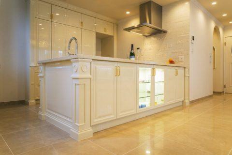 戸建てリノベーション、QUALIA クオリア、オープンキッチン、白いキッチン、クラシックキッチン