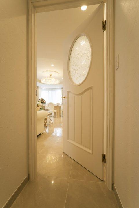 戸建てリノベーション、QUALIA クオリア、白い室内ドア、ガラス入りドア、リビング出入り口