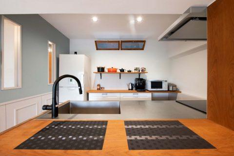 団地リノベーション、+Marchitects(プラスエム・アーキテクツ)、造作キッチン、ステンレス天板、室内窓