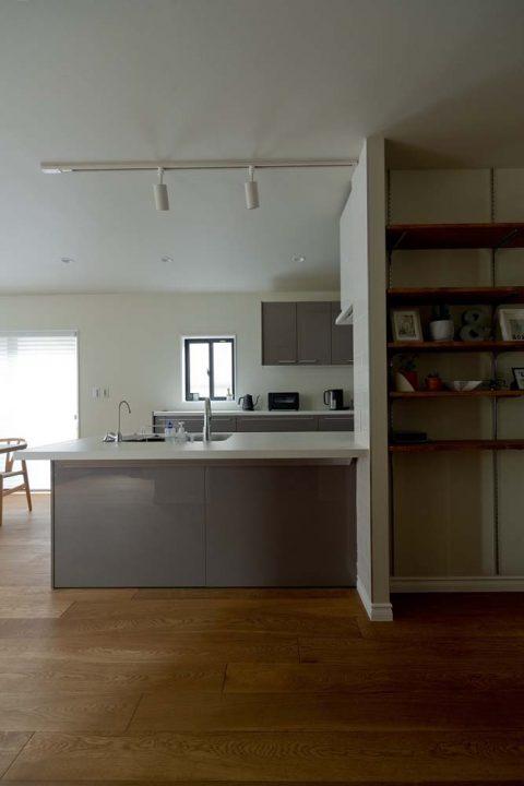マンションリノベーション、GLADDEN 、オープンキッチン、キッチン収納、リビング本棚