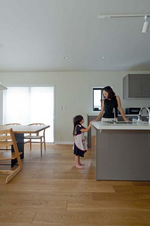 マンションリノベーション、GLADDEN 、オープンキッチン、グレーキッチン、子どものお手伝い