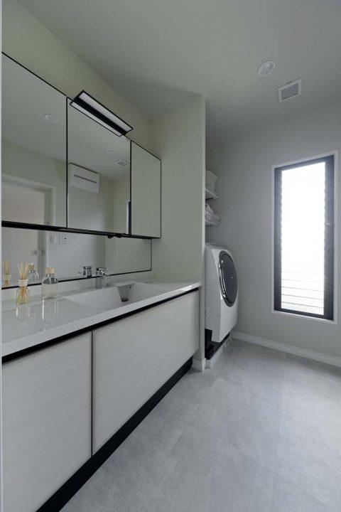 マンションリノベーション、GLADDEN 、収納三面鏡、白い洗面脱衣室、ボウル一体カウンター